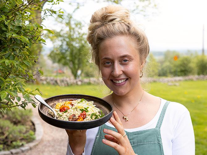 """Therese Elgquist bjuder på växtbaserad """"risotto""""."""