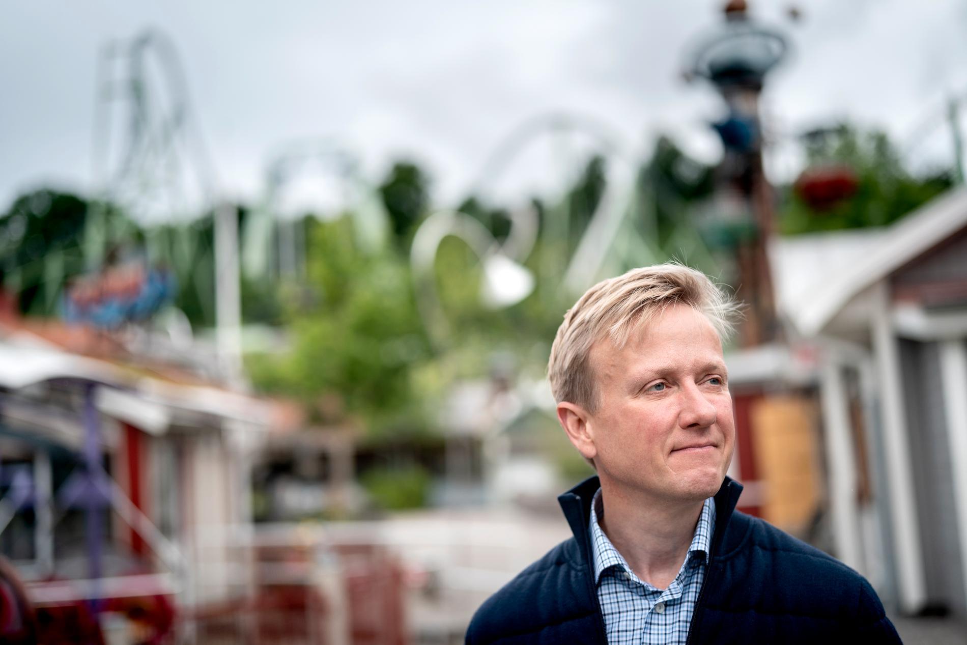 Andreas Andersen, vd på Liseberg, är besviken över att svenska nöjesparker inte tillåts öppna. Han bedömer att mer än 5000 säsongsanställda i branschen berörs. Cirka 2500 skulle jobbat på Liseberg.