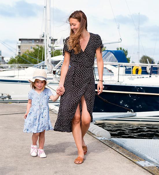 Joy stortrivs med sitt boende med bekvämt avstånd in till centrum och nära havet. Dottern Lily tycker också att det är mysigt att promenera utmed småbåtshamnen där mormor har sin segelbåt förtöjd.