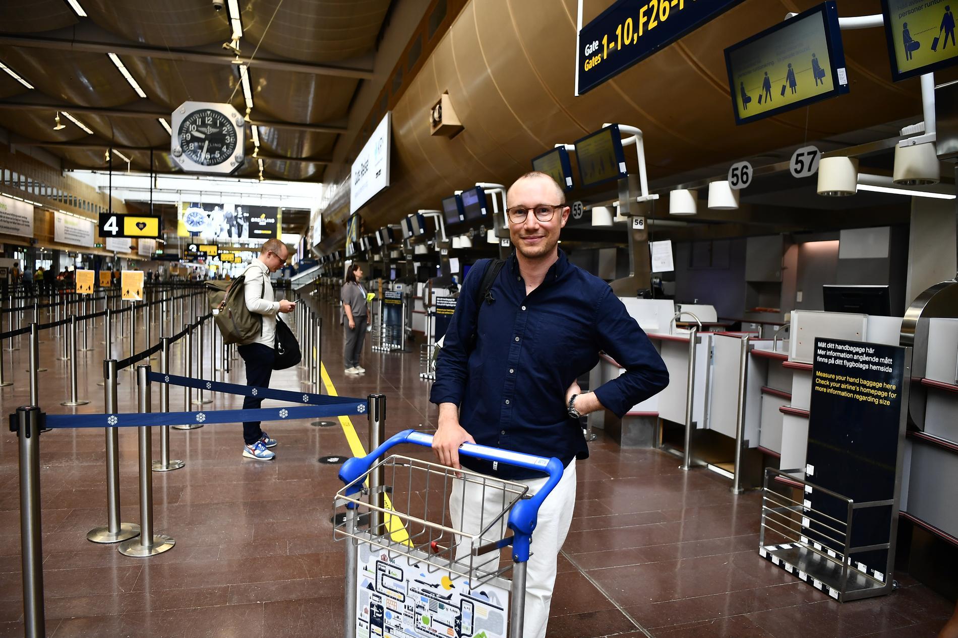 Adam Györki, kommunikationschef på nordiska TUI, på Arlanda flygplats.