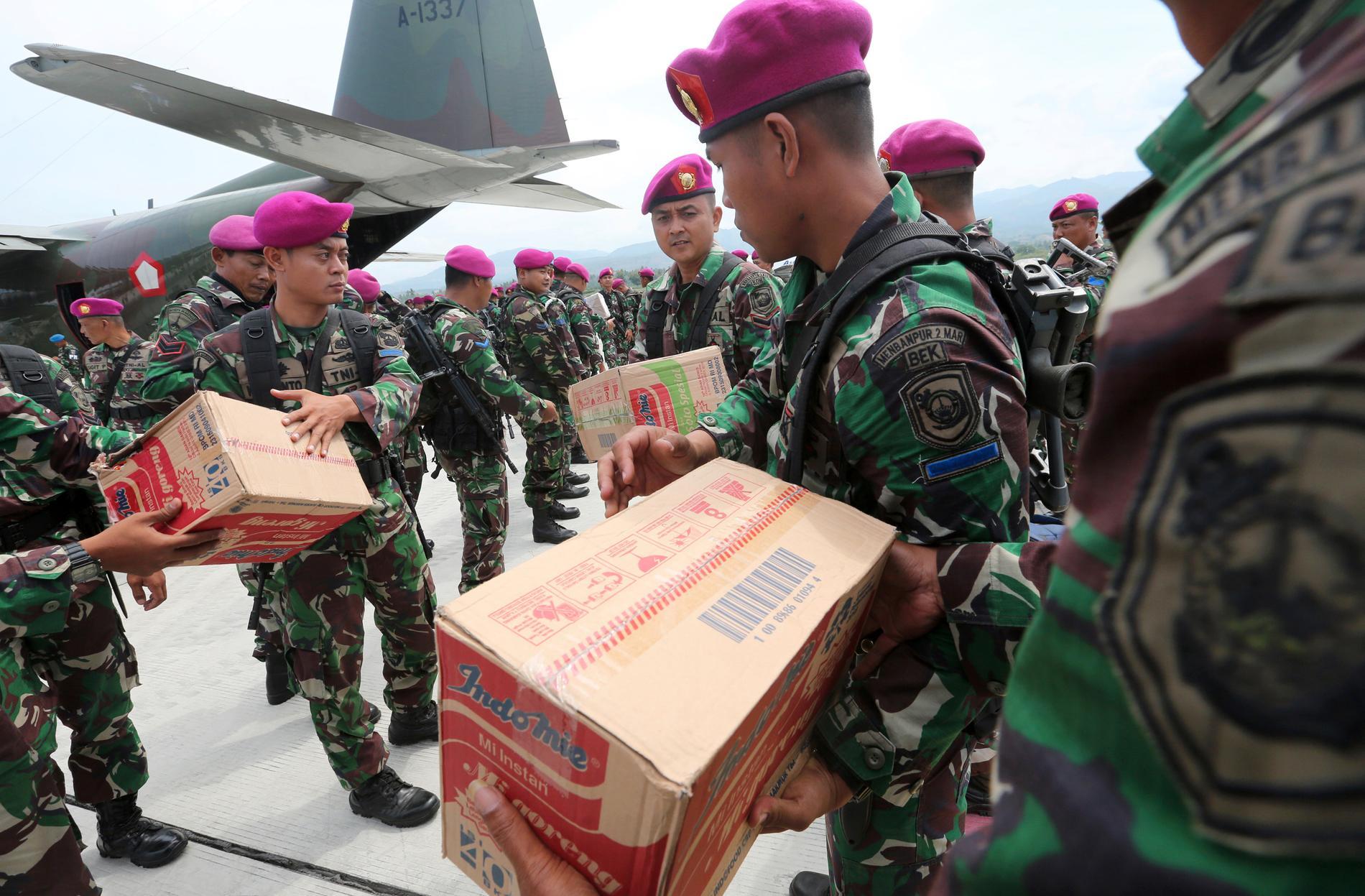 Indonesisk militär deltar i räddningsinsatsen efter jordskalven och tsunamin.