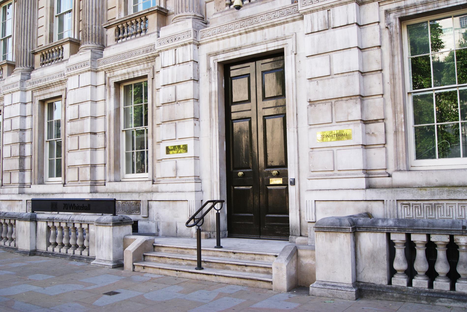 Ingången till statsrådsberedningen (Cabinet Office) i London.