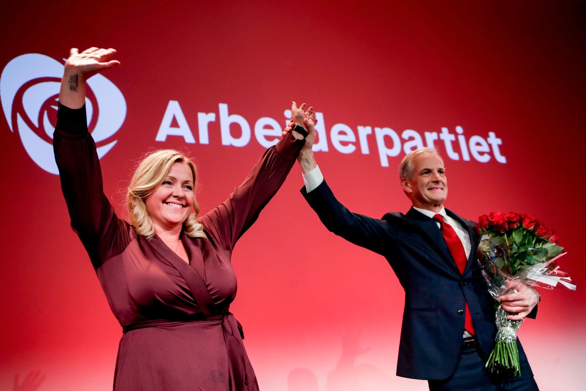 Arbeiderpartiets ledare Jonas Gahr Støre firar tillsammans med partisekreteraren Kjersti Stenseng.