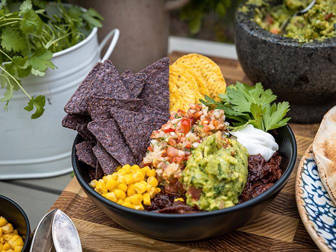 Laga en mustig texas chili på grillen och servera med guacamole och pebre. Servera gärna i en bowl.