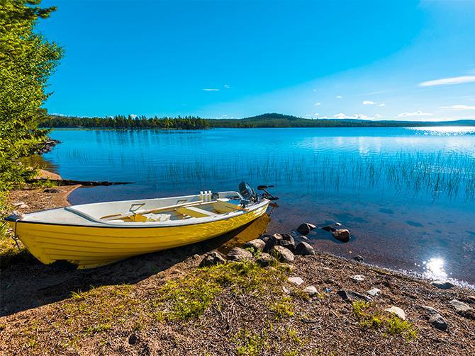 Soligt strandhugg vid Siebdniesjavrrie-sjön i Västerbotten.