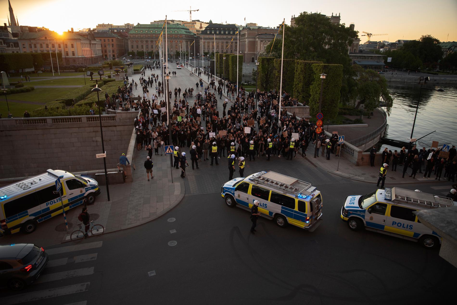 Demonstrationen vid slottet, senare under kvällen.