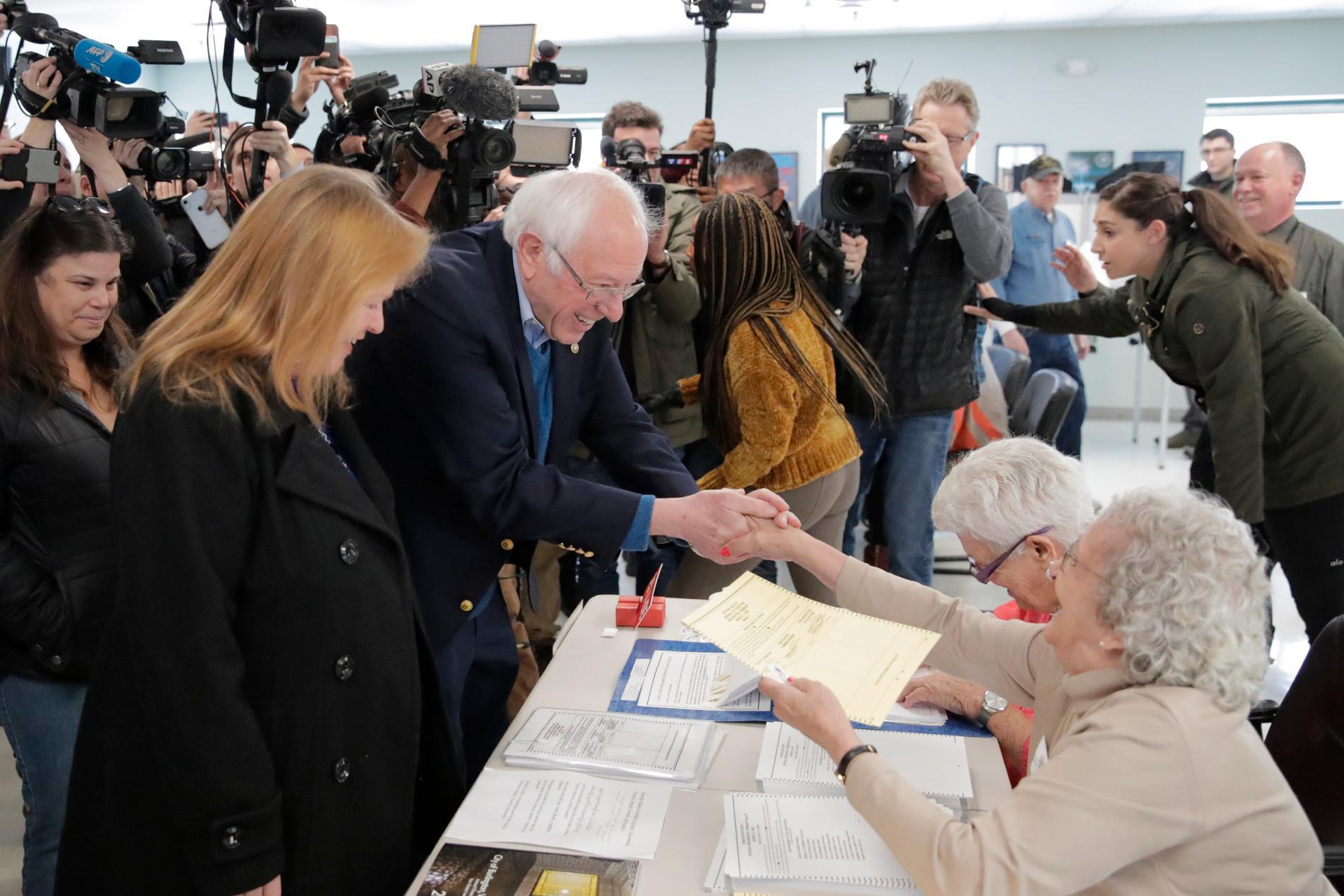 Bernie Sanders med frun Jane röstar på sig själv i Burlington, Vermont.
