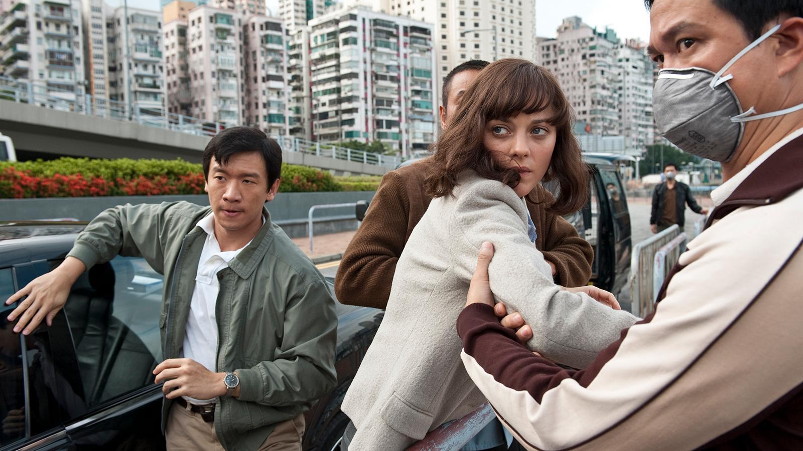 """Chin Han (till vänster) och Marion Cotillard i """"Contagion""""."""
