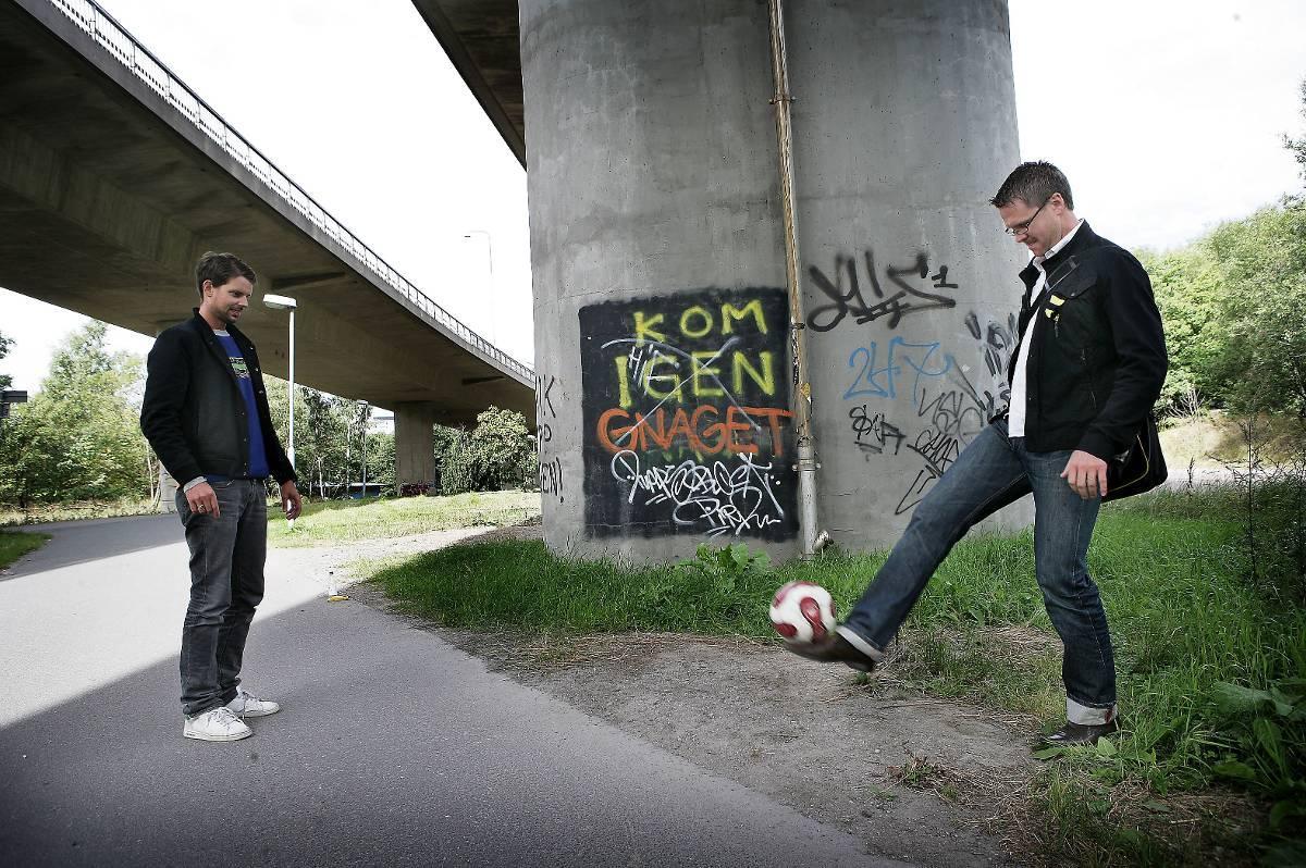 Sommaren 2007 fick Alex Schulman sparka boll med dåvarande AIK-tränaren Rikard Norling.