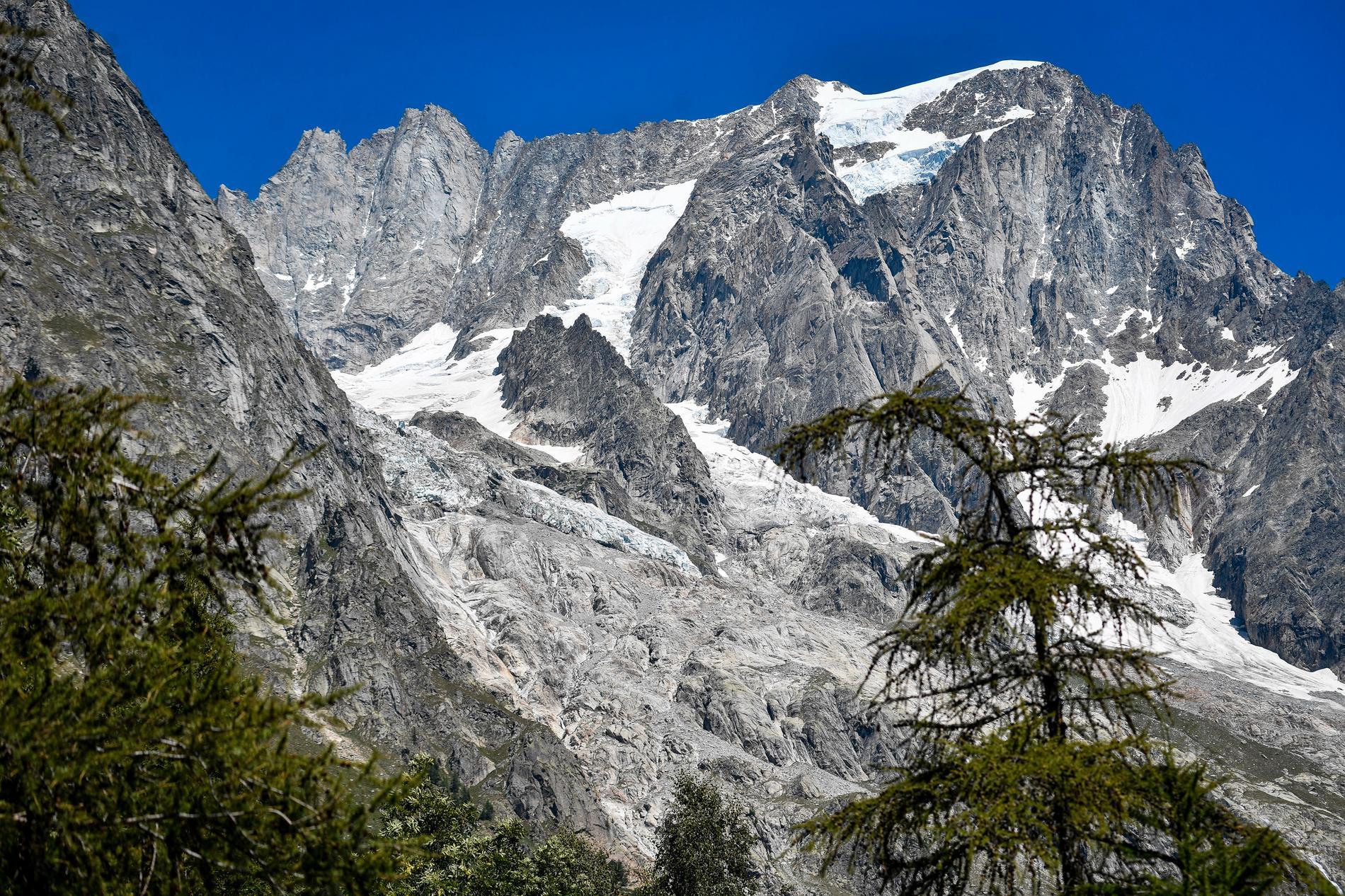 En fransk bergsbestigare avled sedan han fastnat på 4800 meters höjd på Mont Blanc i ett oväder. Arkivbild