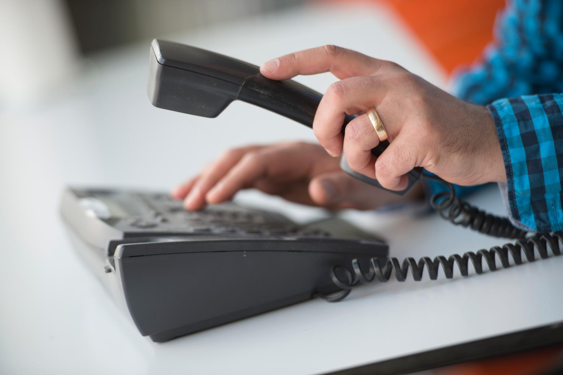 Från och med nu krävs digital eller skriftlig signatur från konsumenten för att ingå avtal över telefon. Arkivbild.