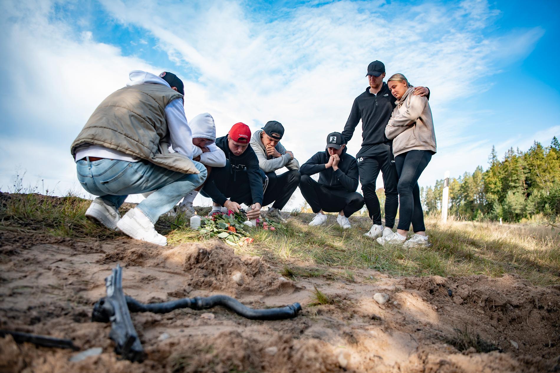 Nära vänner till de som dog i olyckan samlas på olycksplatsen.