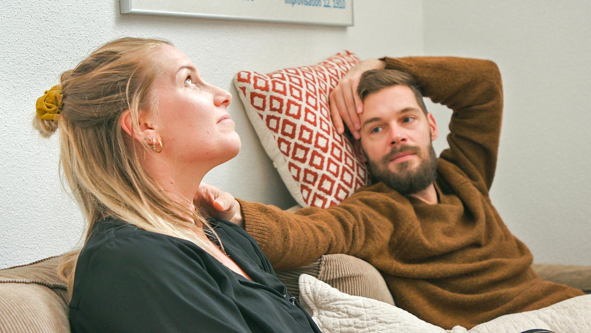 """Ett av de ofrivilligt barnlösa paren i den danska serien """"När storken flyger förbi""""."""