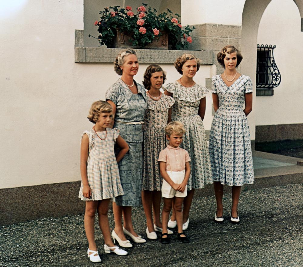 Prinsessan Sibylla med alla barnen samlade framför Solliden slott på Öland.