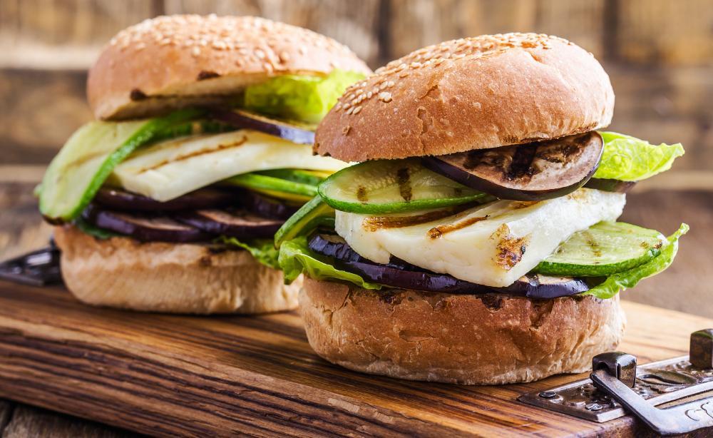 Halloumiburgare – med aubergine och srirachasås