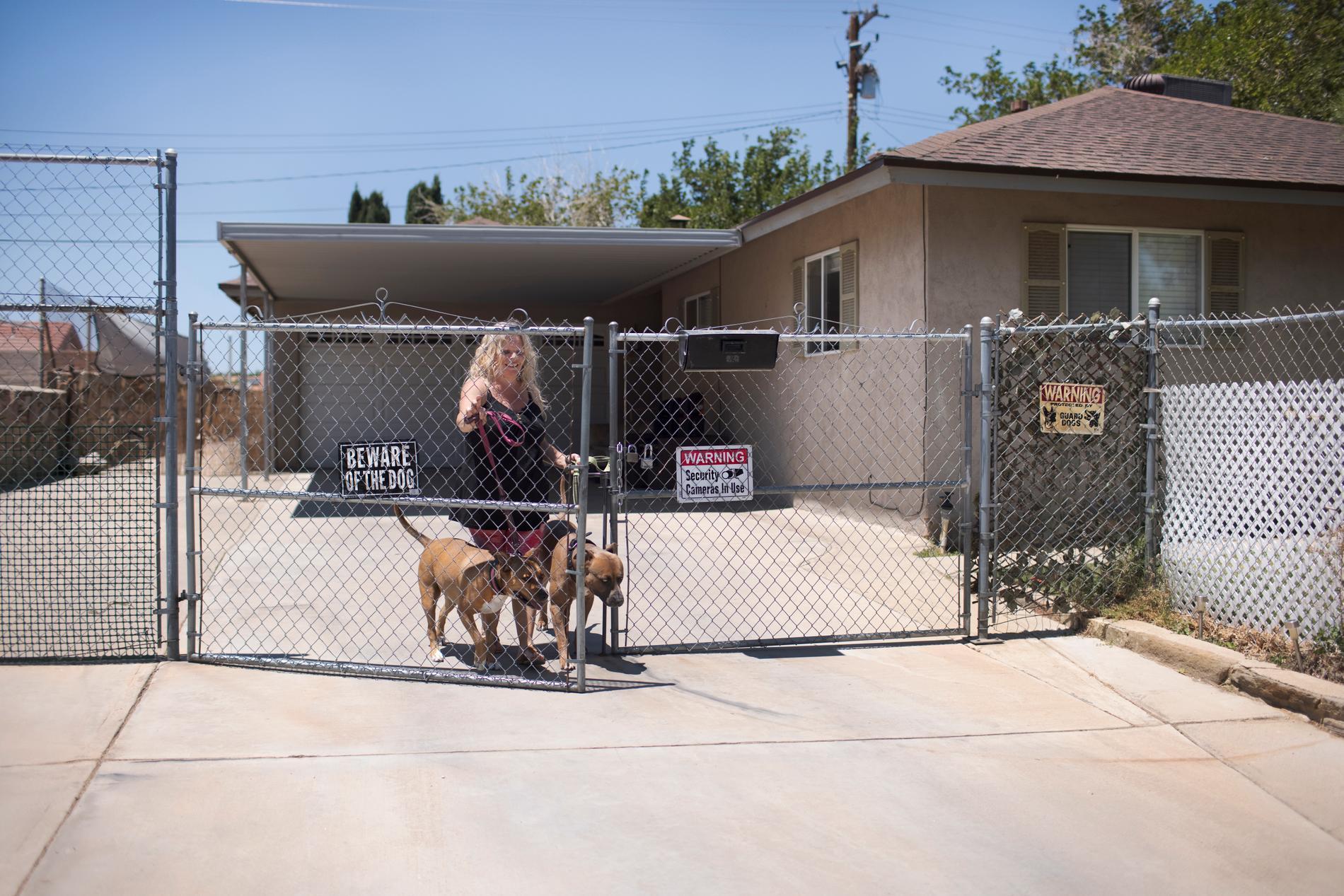 Helena med hundarna Honey och Bear.