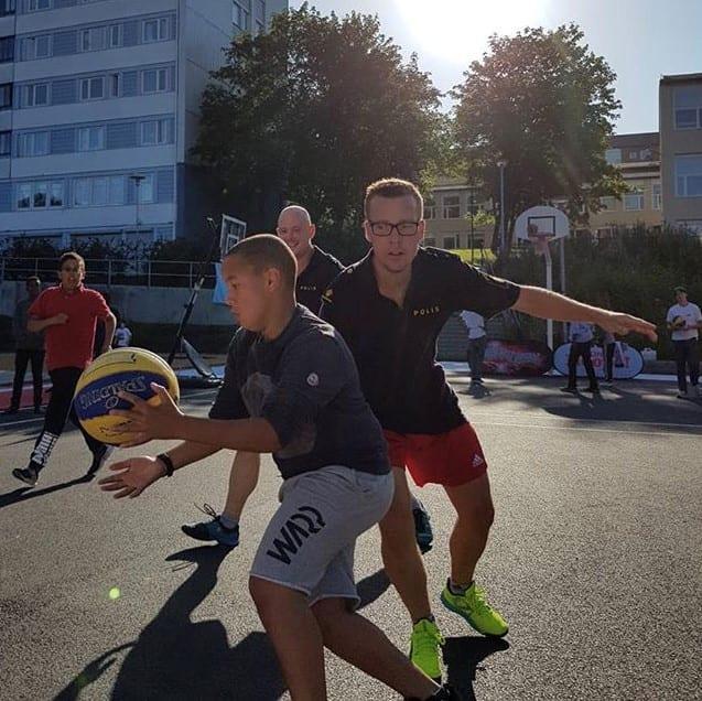 Under BonnierHoops satsning spelades flera matcher mellan blåljuspersonal och ungdomar från Biskopsgården och andra stadsdelar.
