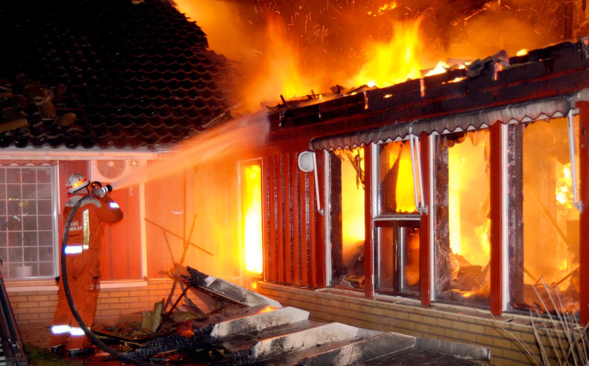 Räddningstjänsten kämpade för att släcka branden, men stora delar av förskolan är förstörd.