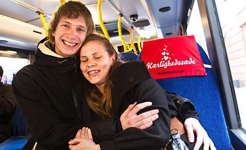 """Sätt dig – om du är singel Stadsbussarna i Köpenhamn har kärlekssäten för att lätta upp stämningen. """"Perfekt om man är singel"""" säger Marianne Faerch på bussbolaget. Här sitter Julie Phanareth och David Marker – som dock är tillsammans."""