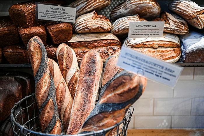 Torrt bröd blir som nytt om du fuktar det och värmer det i ugnen på 100 grader.
