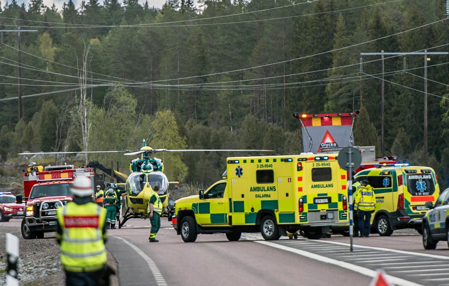 En bil fick sladd i en korsning i Avesta på måndagseftermiddagen. Föraren klämdes fast.
