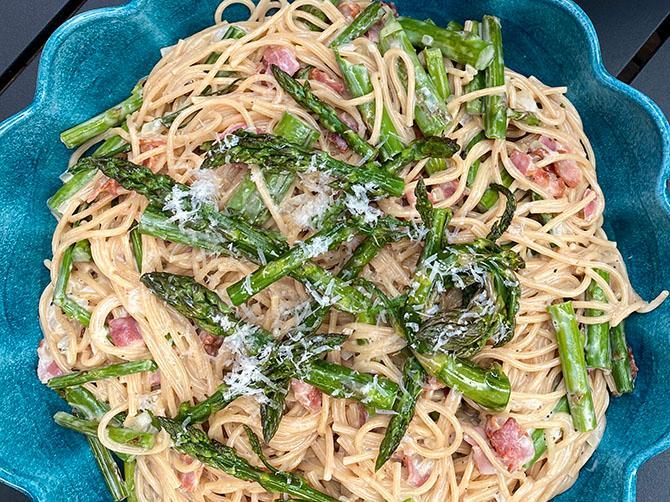 Spagetti carbonara med sparris. Kolla in i kylen, och se vad som finns till hands. Här toppades pastan med sparris, vilket blev en succé.