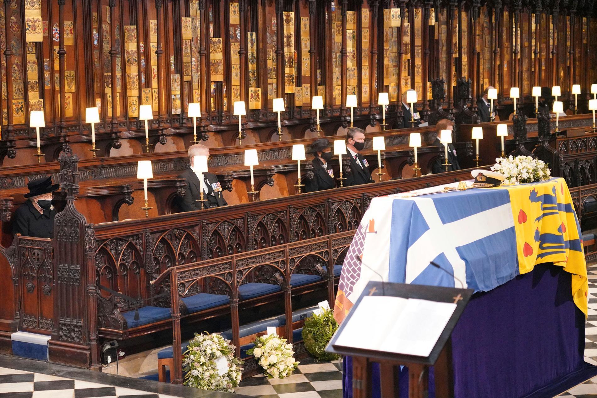 Idag begravde Storbritanniens drottning Elizabeth II, mannen som varit vid hennes sida i 73 år. På bilden syns även prins Andrew, prinsessan Anne och vice amiral Timothy Laurence i St. George's Chapel under begravningen.