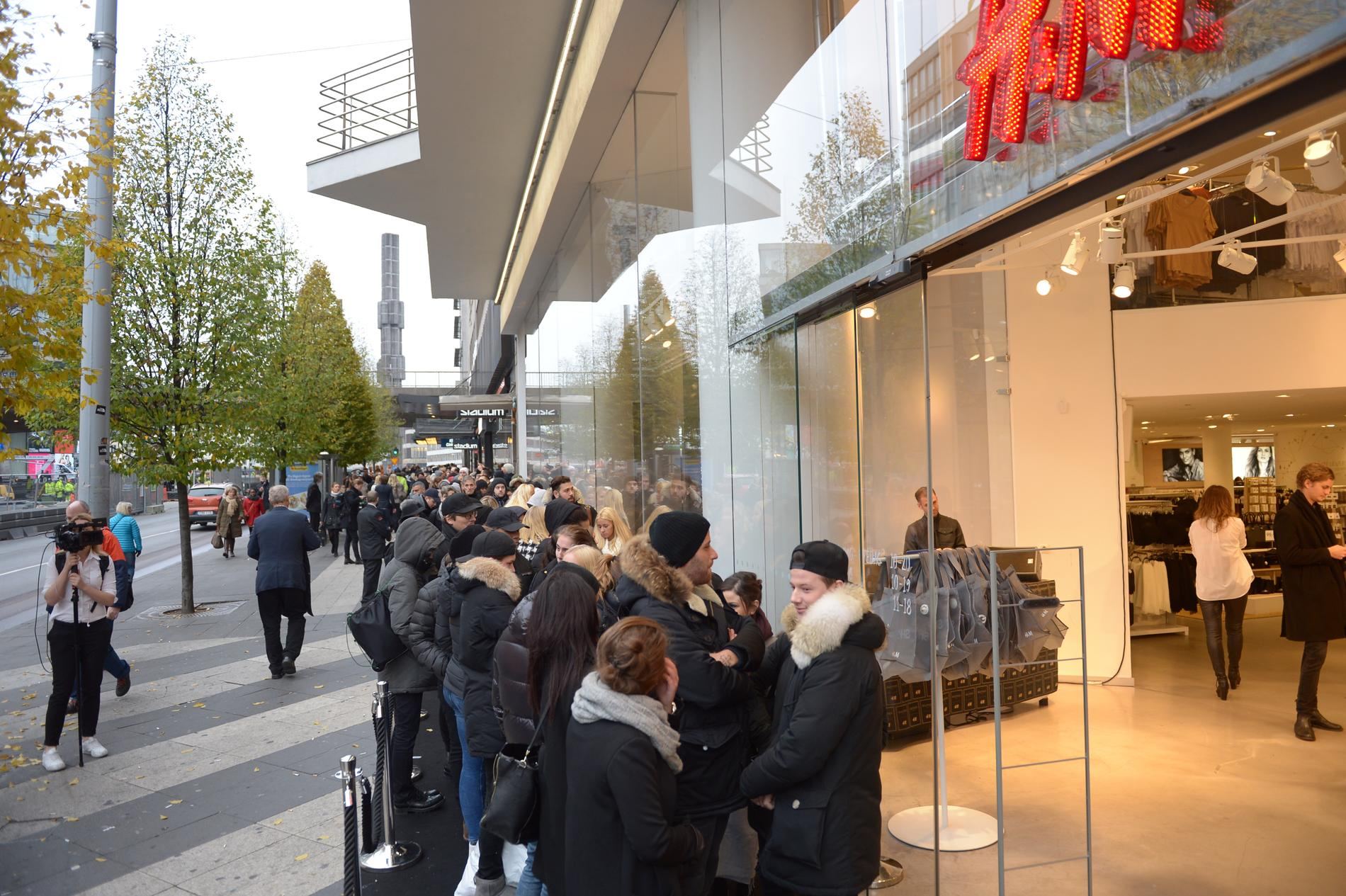 Kö utanför H&M:s butik på Hamngatan i Stockholm. Nu ska butiken klappa igen för gott.