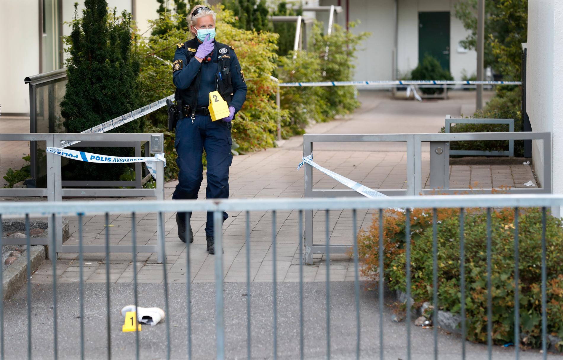 Polisens tekniker jobbar på platsen. En sko har markerats.