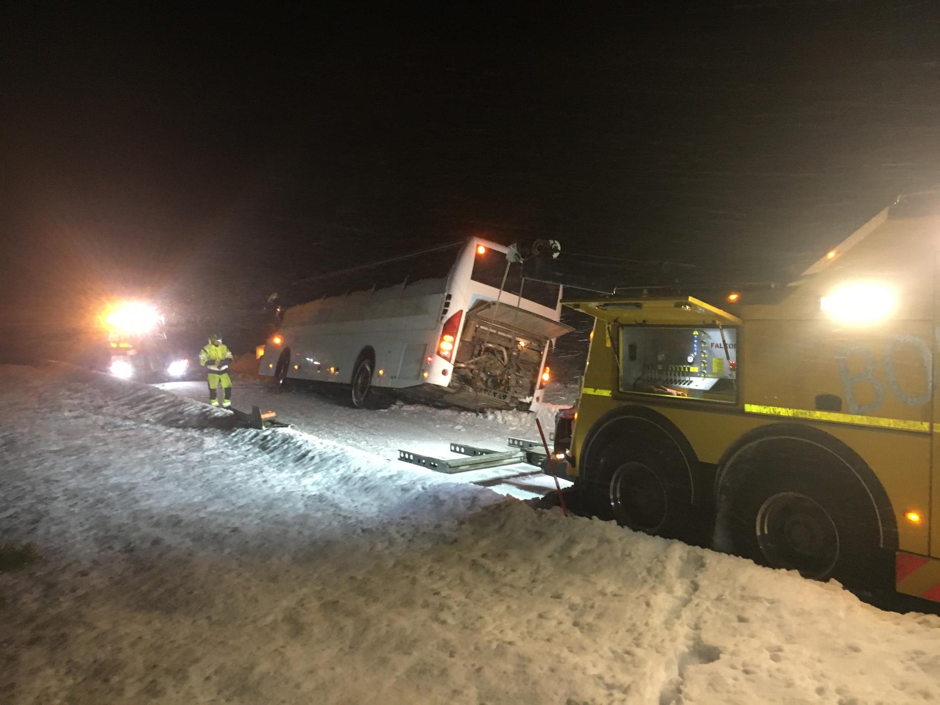 En skolbuss blåste omkull i stormväder i Norge.