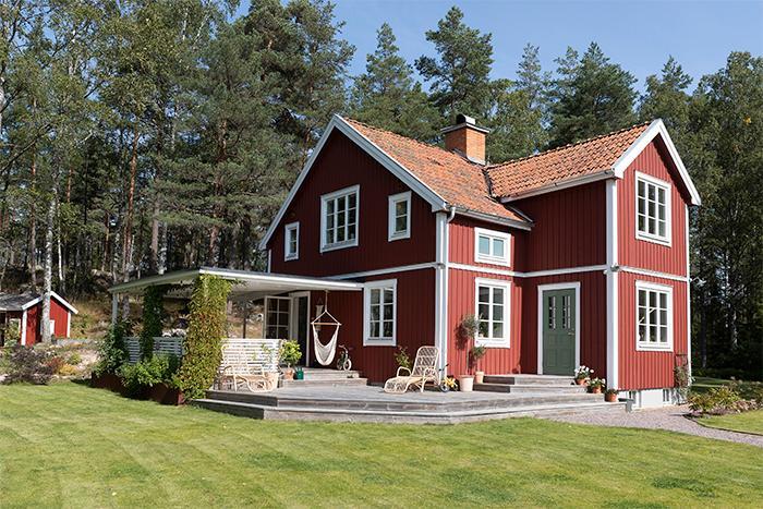 Med skogen i ryggen och fälten framför sig ligger det lilla torpet från sent 1800-tal strax utanför Uppsala.