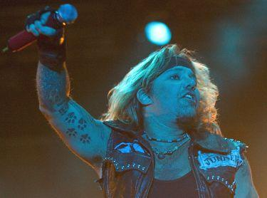 eldsprakande framträdande Hela Sweden Rock Festival såg Mötley Crües häpnadsväckande show med läcker pyroteknik, eldslukande dvärgar och lättklädda strippor.