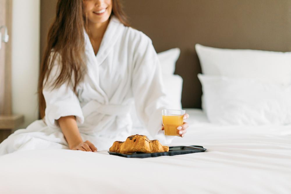 Mysig frukost i morgonrock.