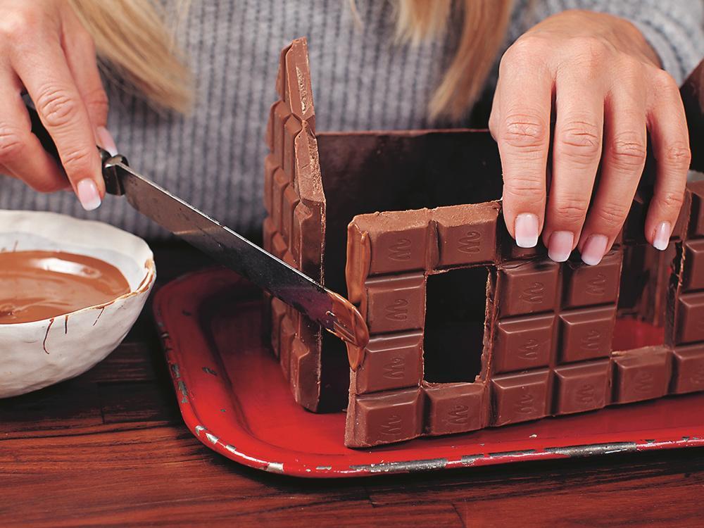 Smält choklad och använd som fogmassa.