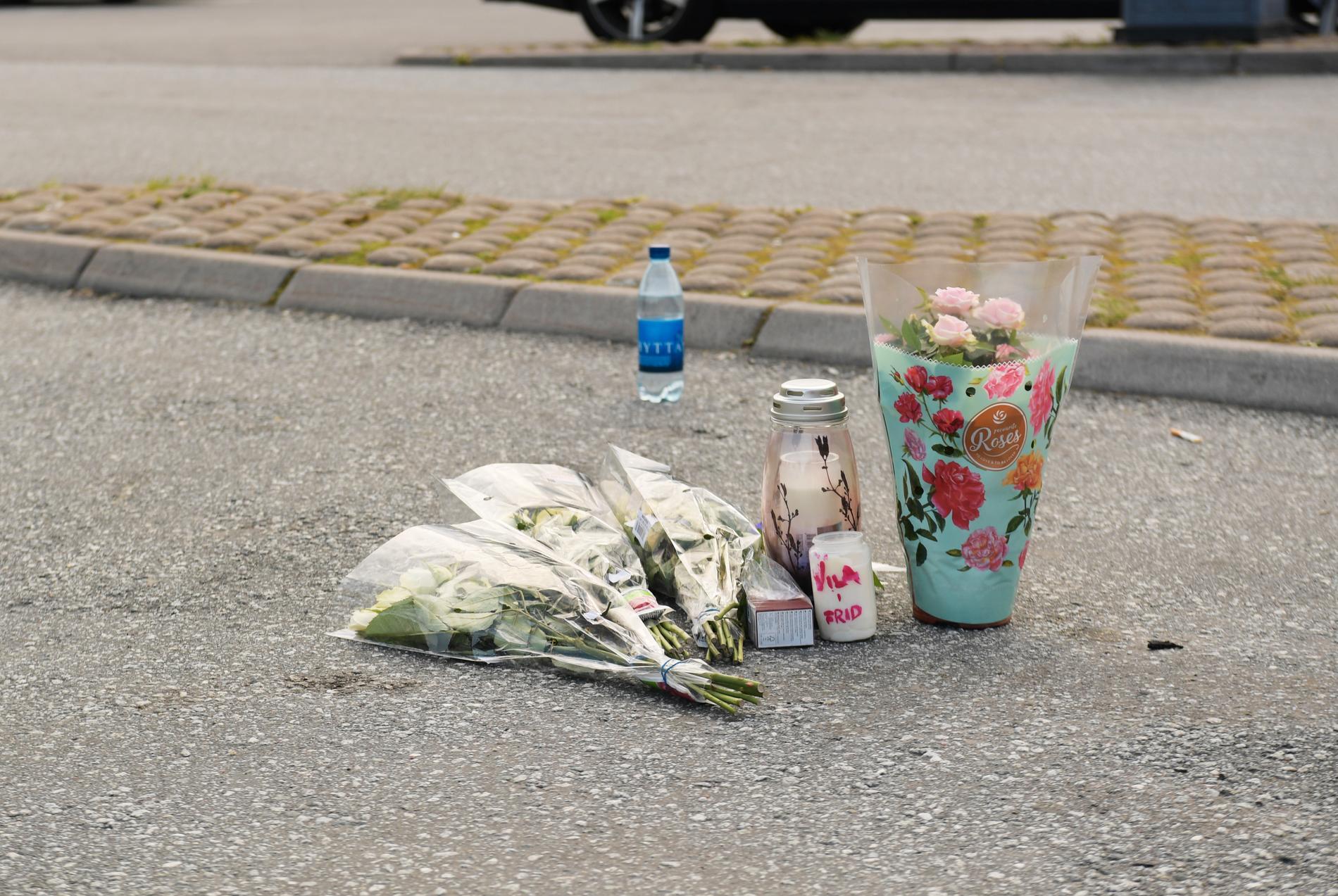 Flera personer har lagt blommor på platsen där 12-åriga flickan sköts till döds.