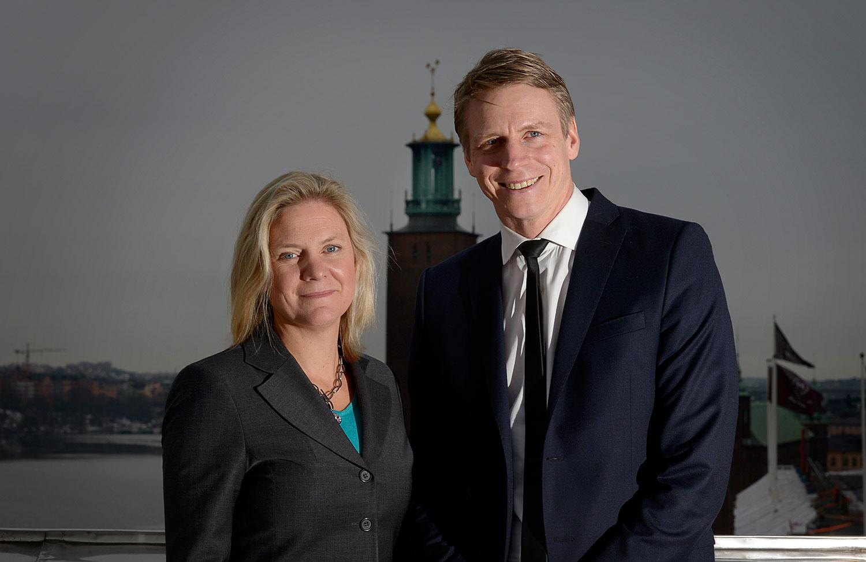 Finansminister Magdalena Andersson och finansmarknadsminister Per Bolund med Stockholms stadshus i bakgrunden.