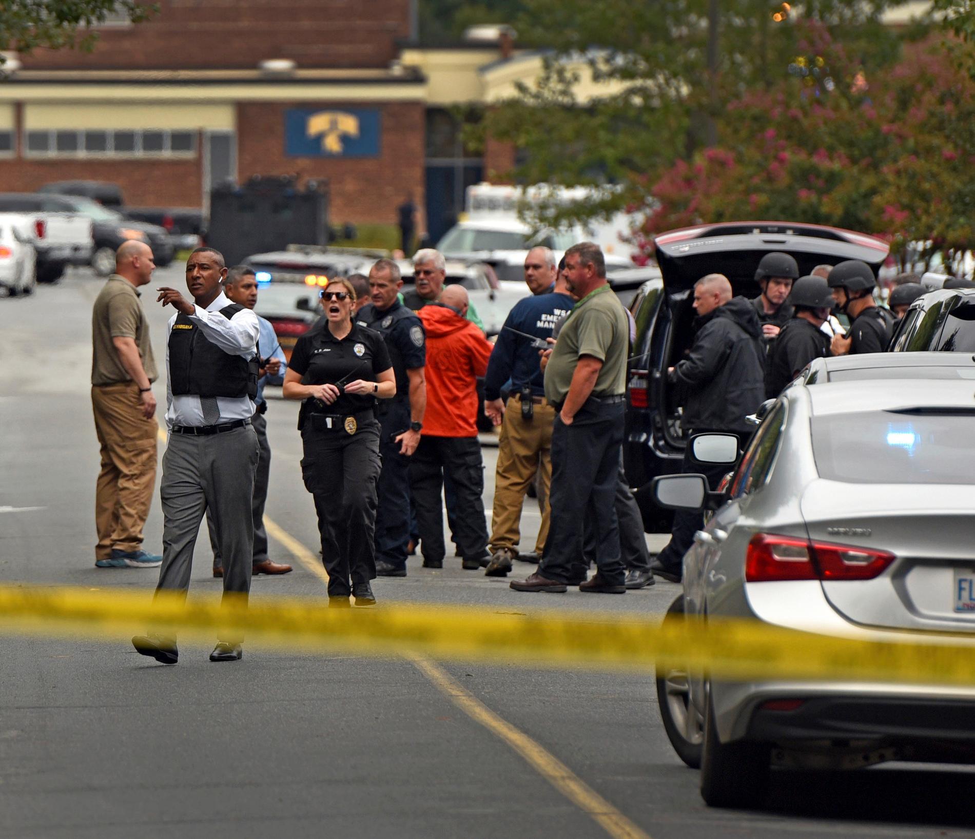 Polis på plats vid skolan i North Carolina.