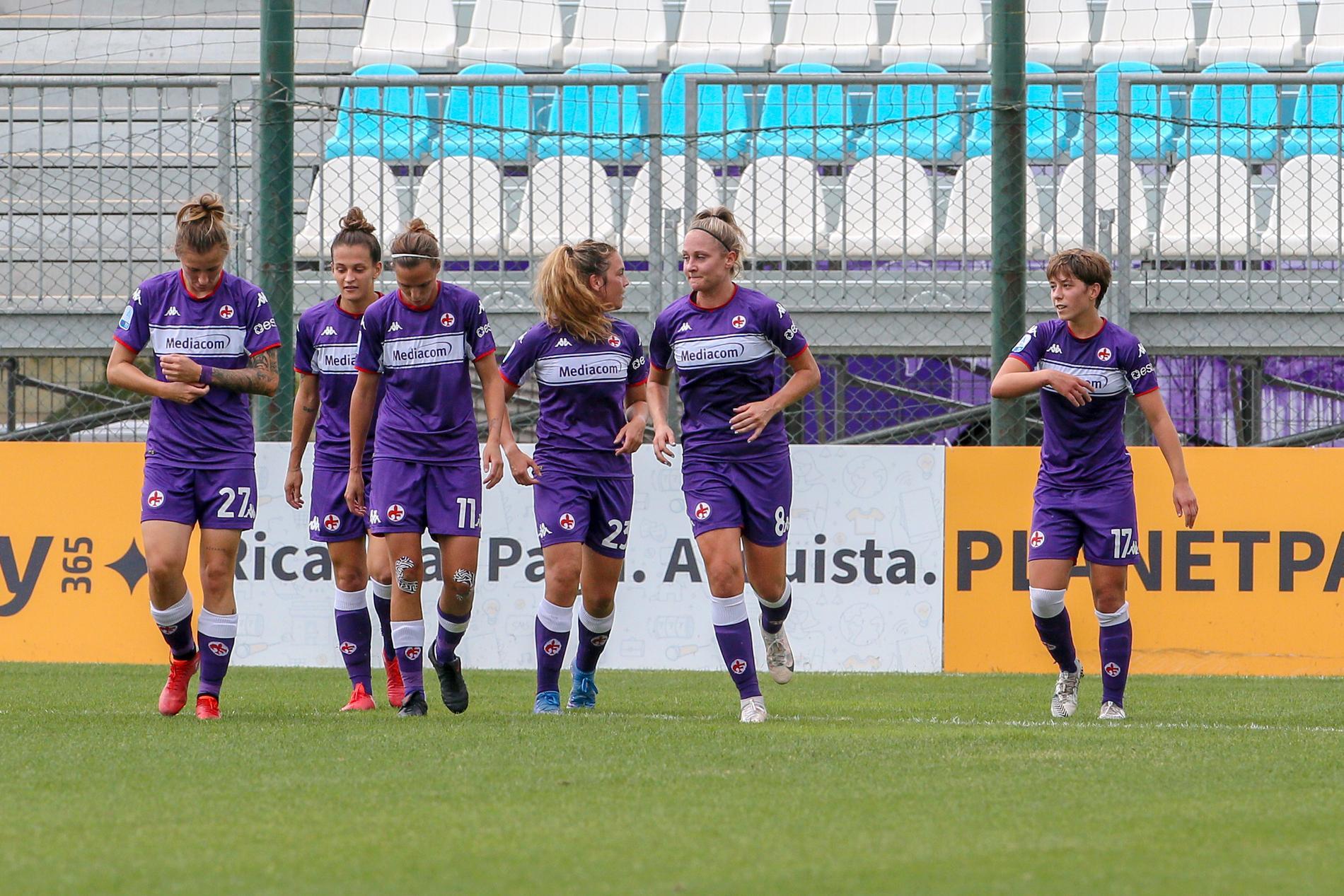 Karin Lundin, tvåa från höger, jublar efter ett av sina tre mål mot Lazio.