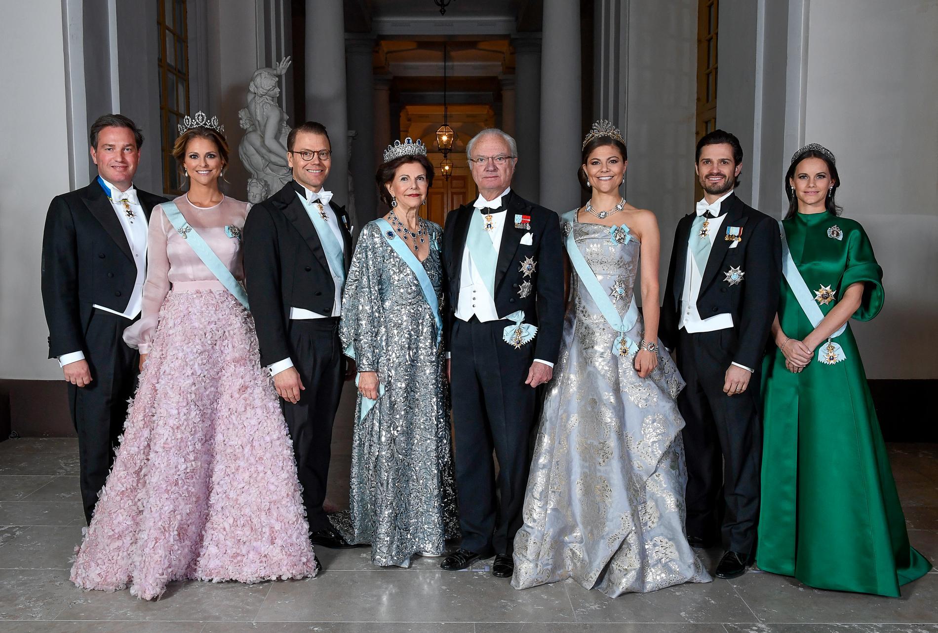 Kung Carl XVI Gustaf fyller 75 år i dag. En hög ålder att fortfarande jobba. Varför inte överväga pension för hela kungahuset?