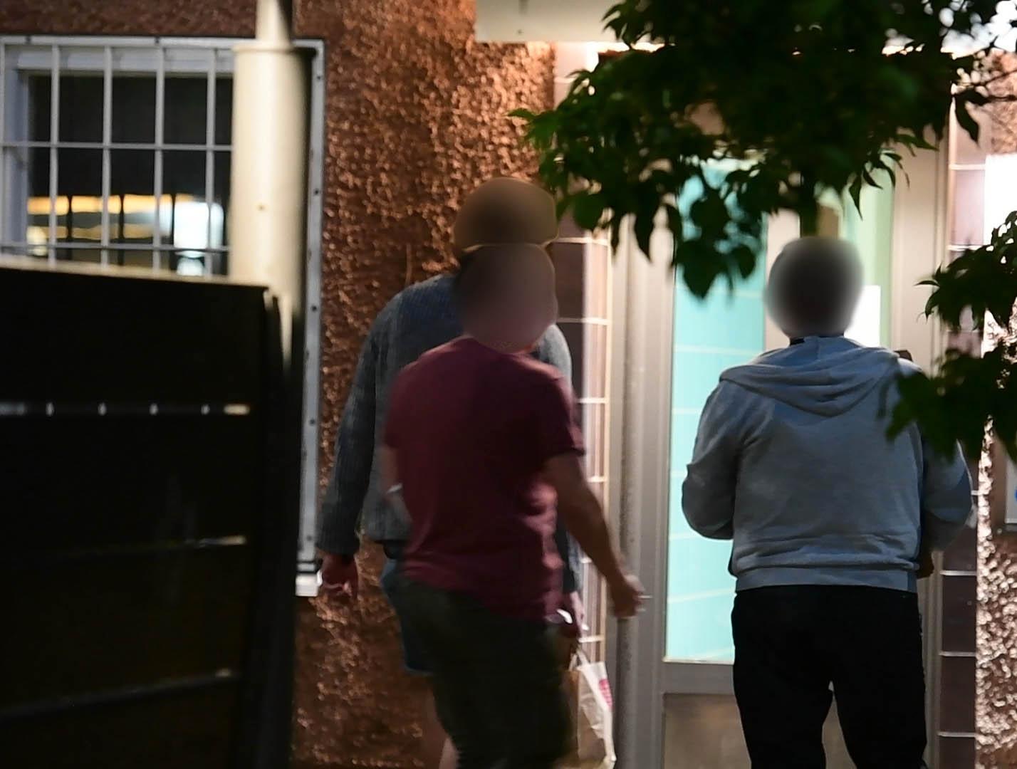 Polisen genomför husrannsakan.