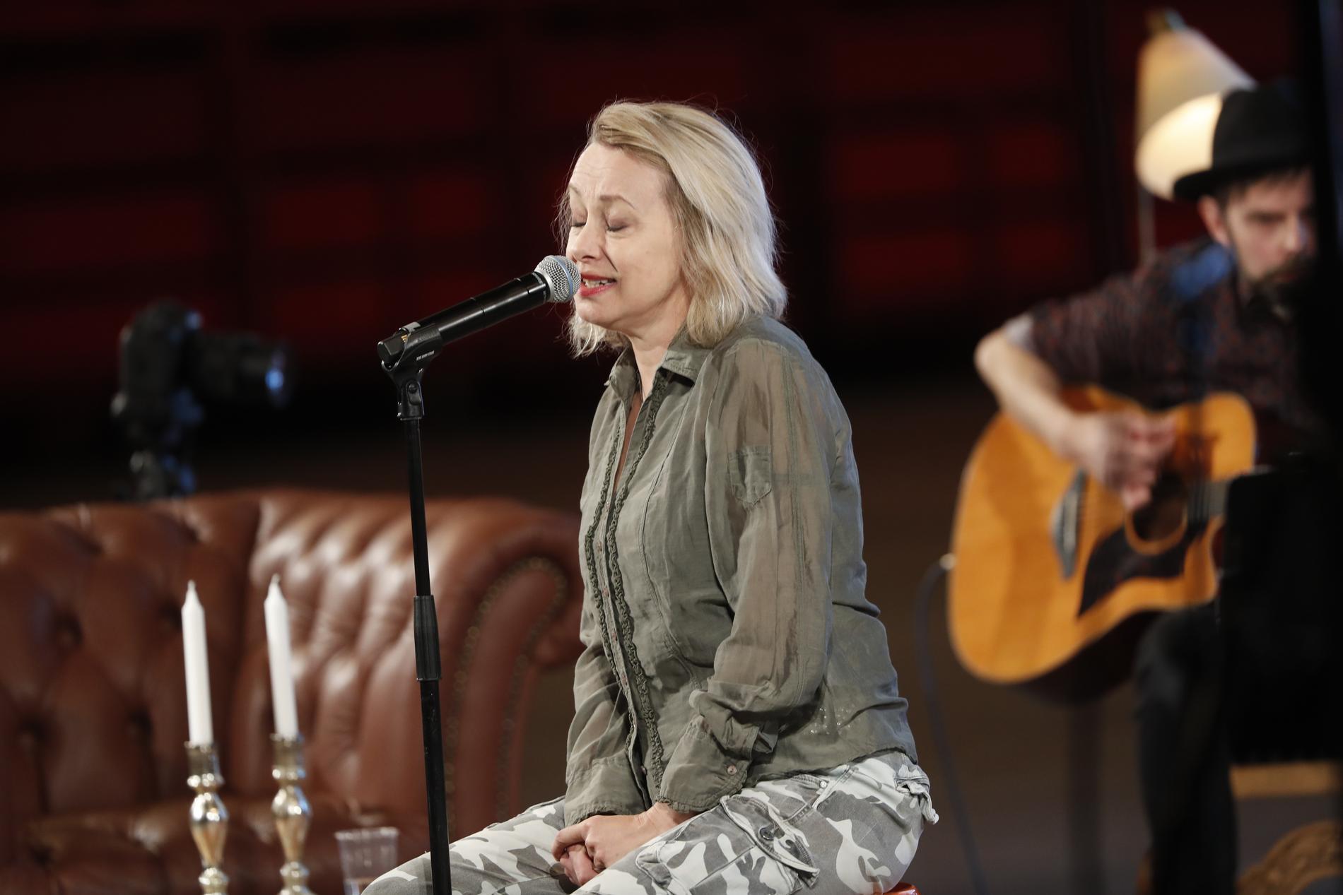 """Louise Hoffsten sjöng under """"Karantänsessions"""" i Globen."""