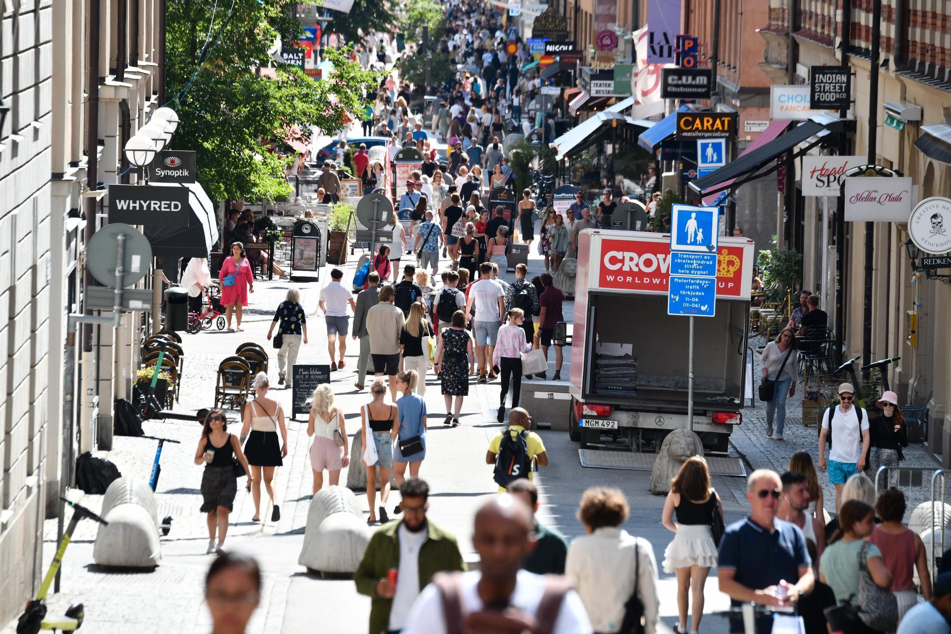 Folkvimmel på Drottninggatan i andra halvan av juli.