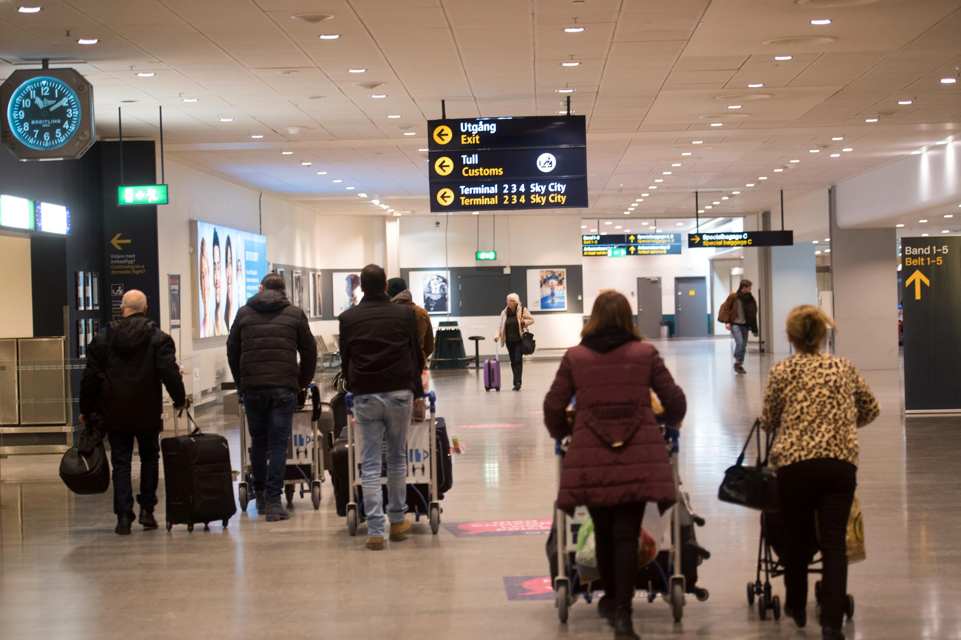 Flygresenärer med bagage på Stockholm Arlanda airport. Arkivbild.