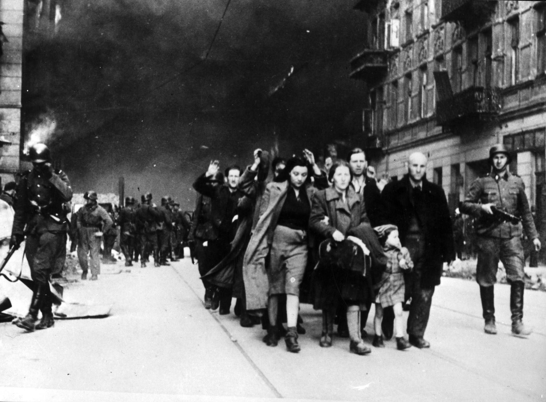 I april 1943, under andra världskriget, töms det judiska gettot i Warszawa av nazisterna och upproret där slås brutalt ned.