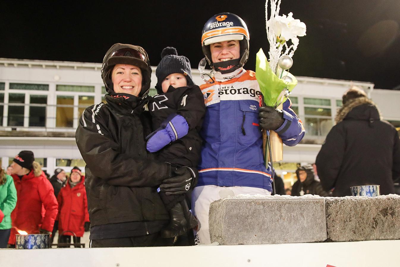 Linnea Lundgren och sonen Charlie tillsammans med Malin Viklund i vinnarcirkeln.