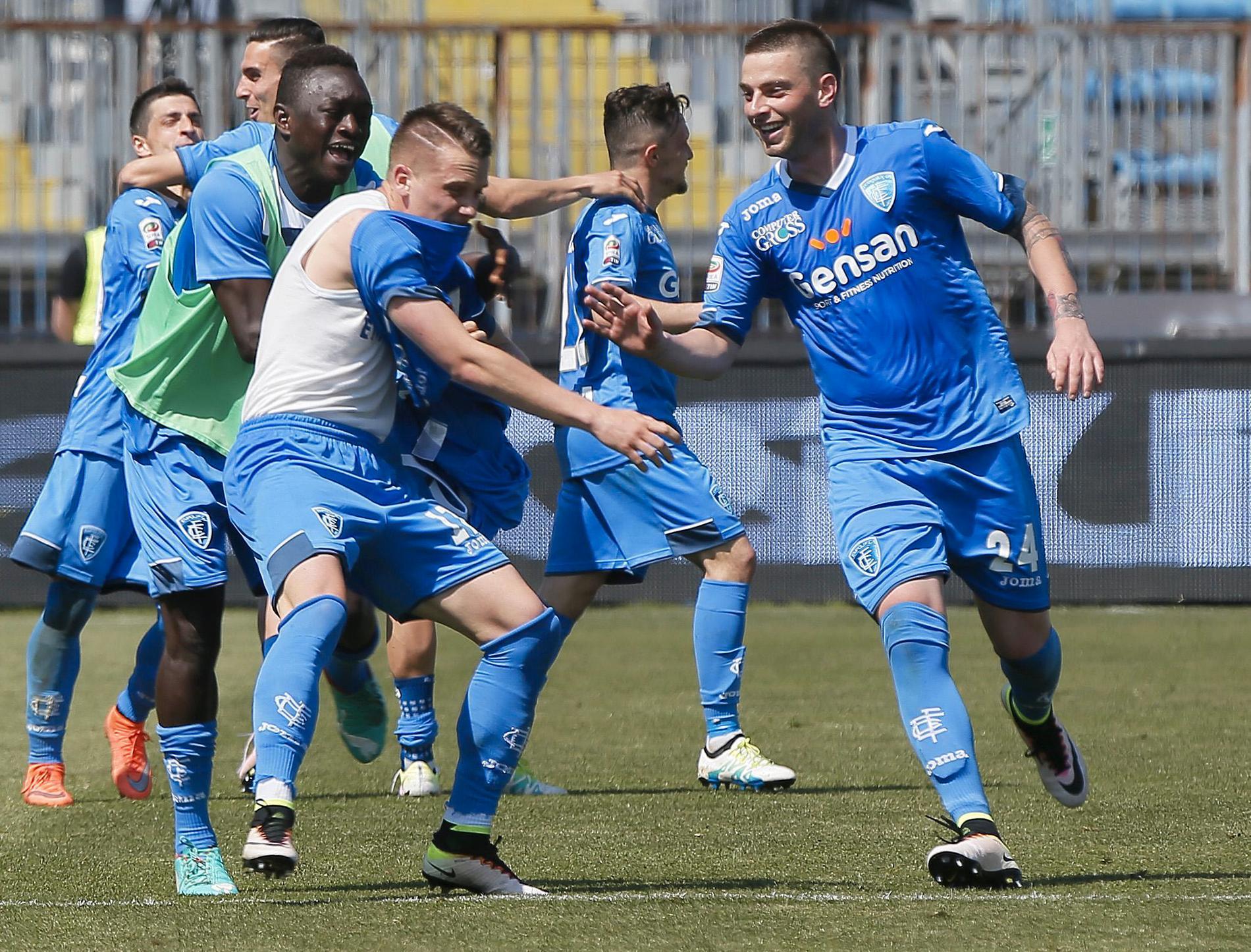 Piotr Zielinski får vila en match tack vare sin lagkamrat – här blir han ofrivilligt av med sin tröja...