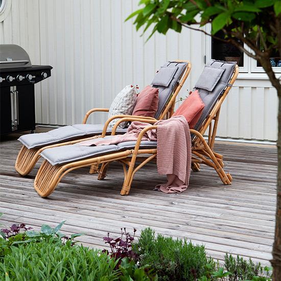 Solsängar i bambu från Ellos och svartvitt kuddfodral från Afroart. Rosa- och terrakottafärgade kuddfodral från H&M home och rosa pläd från Mio.