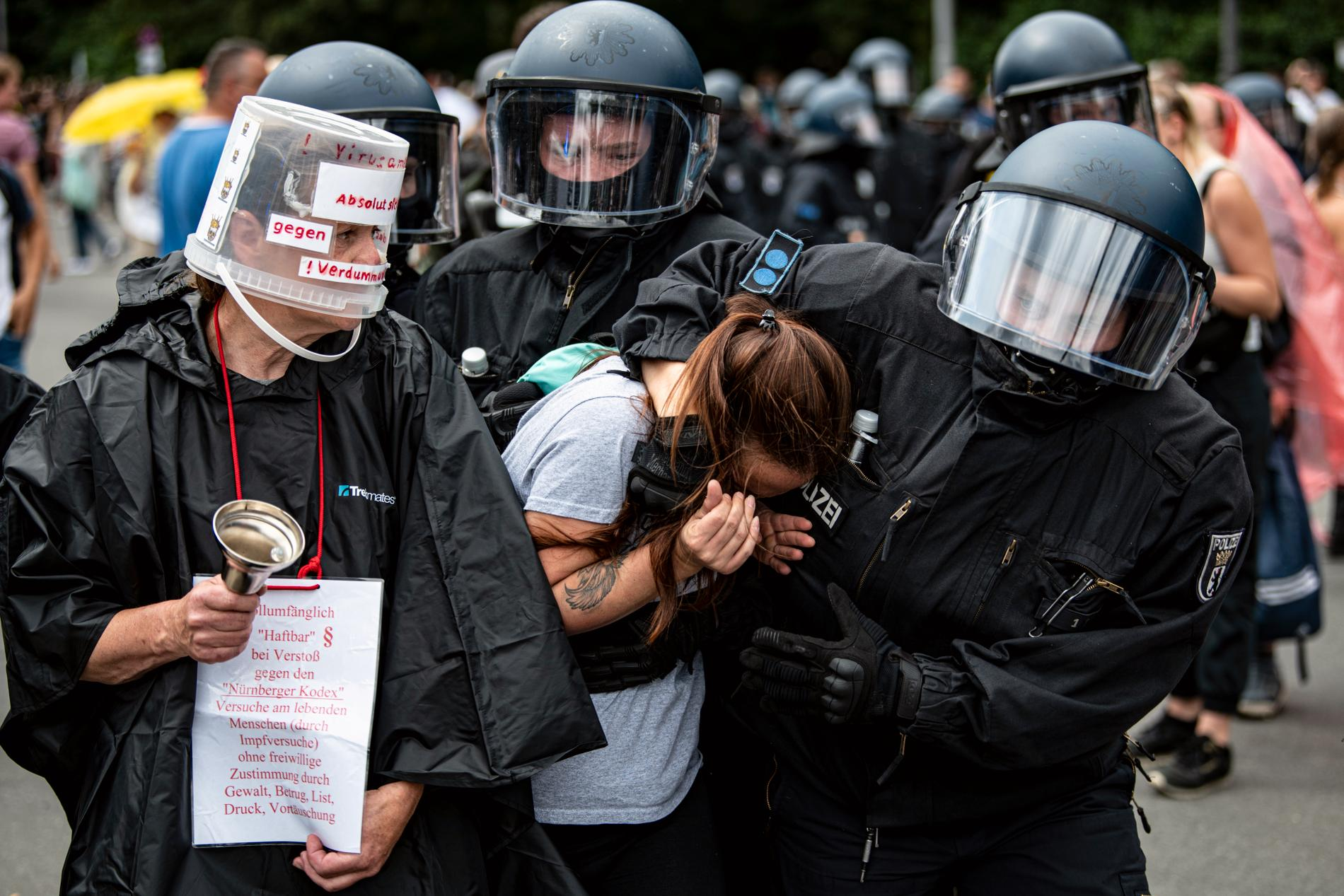 Polis griper en demonstrant under en otillåten demonstration i Berlin på söndagen.