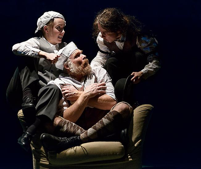 """Skådespelarna i """"Dr Moreaus ö"""" är briljanta, skriver Amelie Björck."""