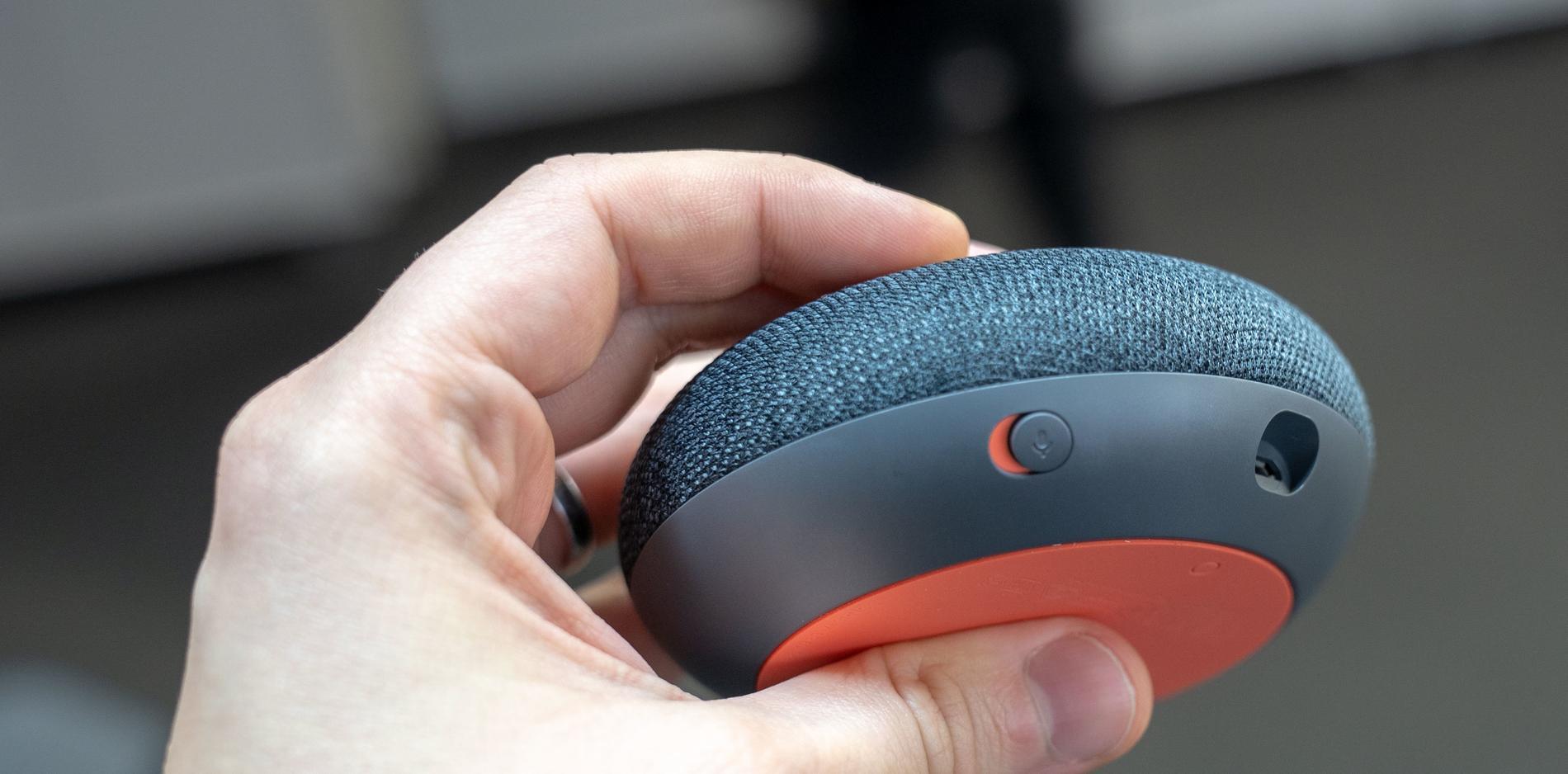 Som tur är har Google Home en mute-knapp på baksidan, så att man kan stänga av den om den trilskas.